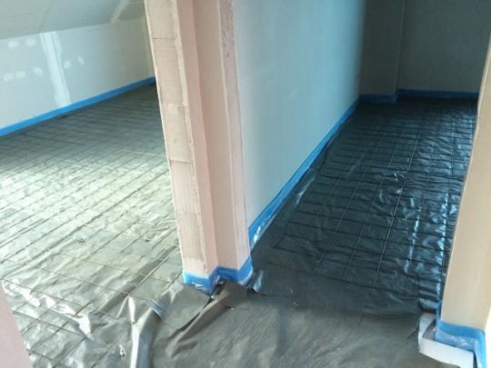 PE-Folie und Baustahlmatten - Fußbodenaufbau
