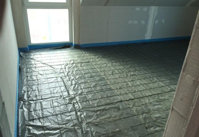 PE-Folie und Baustahlmatten - Fußbodenheizung