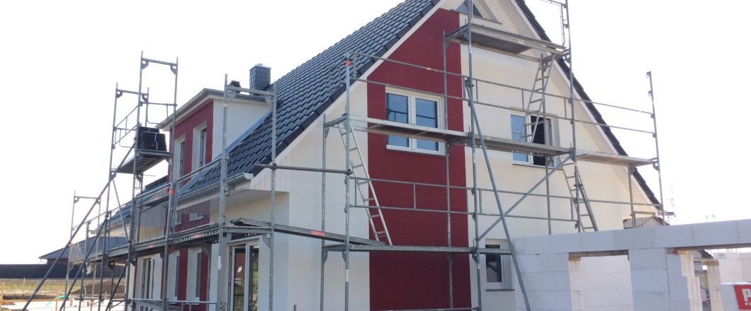 rote Fassadenfarbe aufgetragen