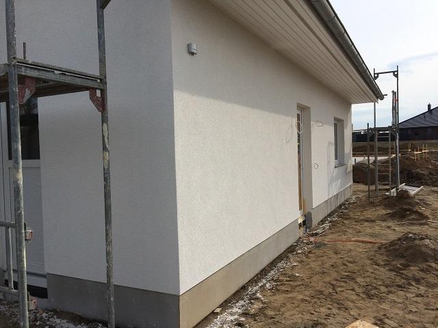 weiße Fassade / Außenputz